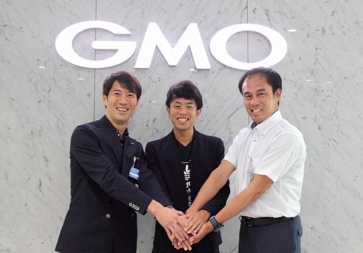 [写真左から]GMOインターネット 取締役副社長・GMOアスリーツ 部長 安田 昌史、下田 裕太選手、GMOアスリーツ監督 花田 勝彦